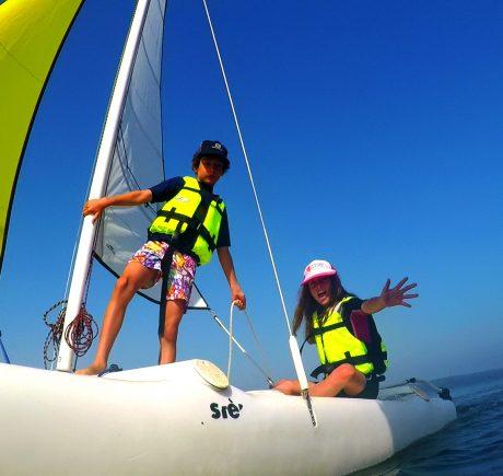 Enfants en cours de catamaran Ecole de voile sur le lac de Biscarrosse Parentis